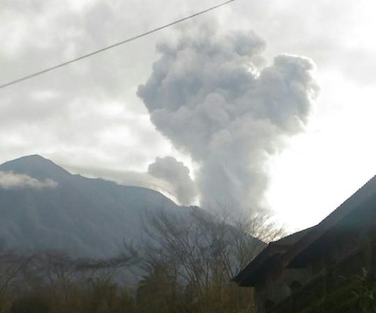 https: img.okezone.com content 2018 06 13 340 1910183 gunung-agung-kembali-meletus-semburkan-abu-vulkanik-setinggi-2-km-HtpxM8uInE.jpg