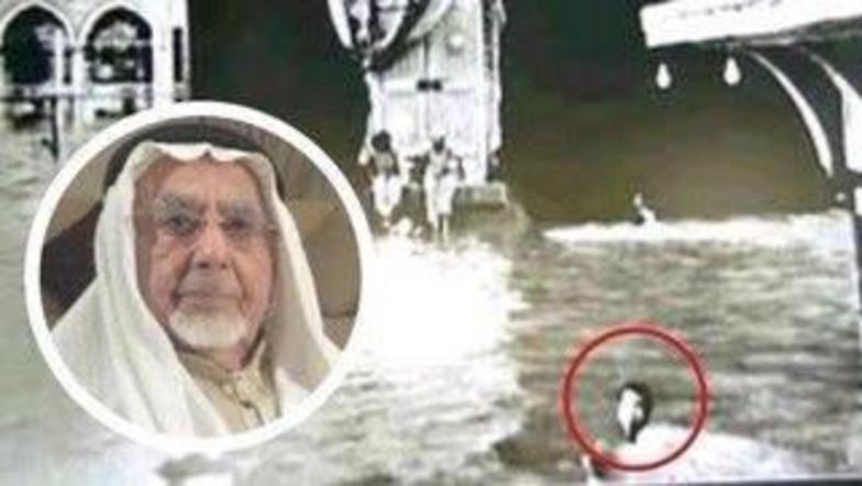 Pria Ini Sempat Tertangkap Kamera Pernah Tawaf Sambil Berenang di Mekkah