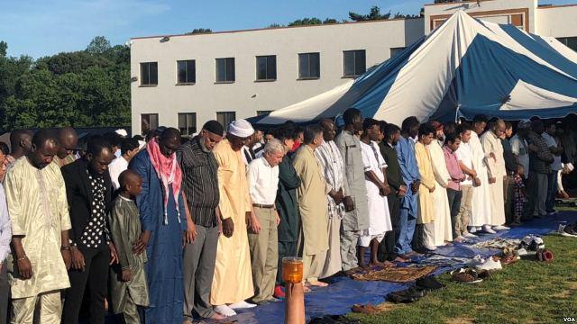 https: img.okezone.com content 2018 06 17 18 1911008 imigran-muslim-di-as-rindu-berlebaran-di-negara-asal-5pyBmebA3z.jpg