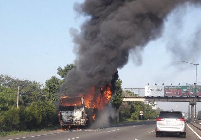 https: img.okezone.com content 2018 06 18 338 1911225 bus-terbakar-di-ruas-tol-lingkar-luar-jakarta-aJStMFi1Hp.jpg