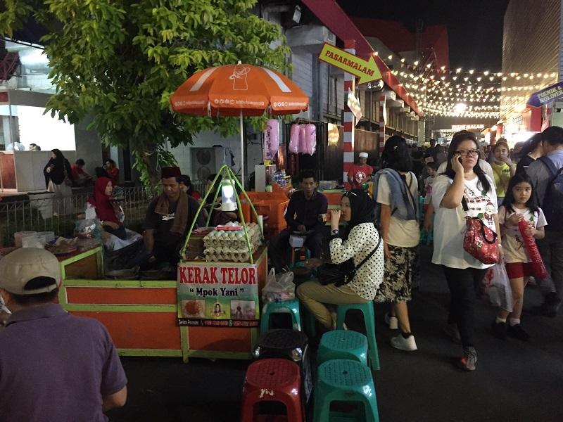 https: img.okezone.com content 2018 06 22 298 1912816 bernostalgia-menikmati-kuliner-khas-betawi-di-jakarta-fair-kemayoran-2018-GPYuGjIp3O.jpg