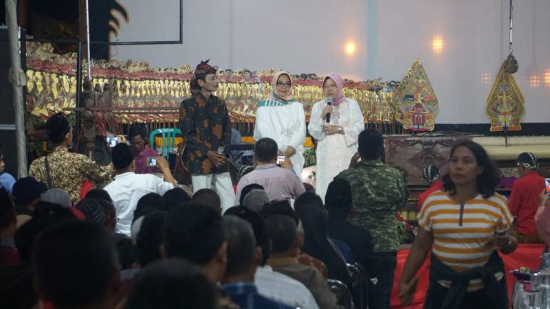 Gerilya Risma, Sambil Nonton Wayang Ajak Warga Pilih Gus Ipul-Puti