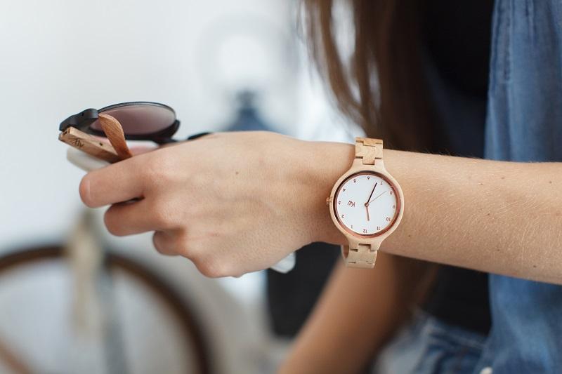 https: img.okezone.com content 2018 06 25 194 1913857 jam-tangan-lebih-tepat-dipakai-sebelah-kiri-atau-kanan-BONEiaFBuh.jpg