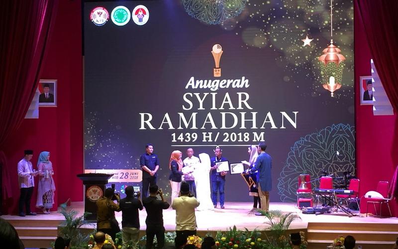https: img.okezone.com content 2018 06 28 598 1915213 lewat-ajang-anugerah-syiar-ramadhan-2018-komisi-penyiaran-indonesia-berikan-13-penghargaan-26G06Q9QSa.jpg