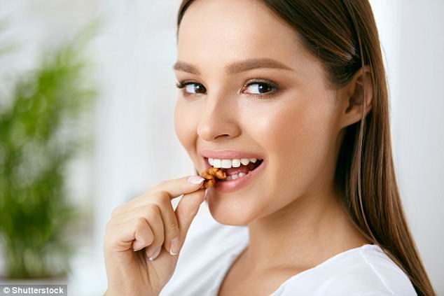 https: img.okezone.com content 2018 07 02 481 1916507 konsumsi-segenggam-kacang-walnut-bantu-anda-terhindar-dari-masalah-diabetes-tipe-2-ini-faktanya-a368xLyFiW.jpg