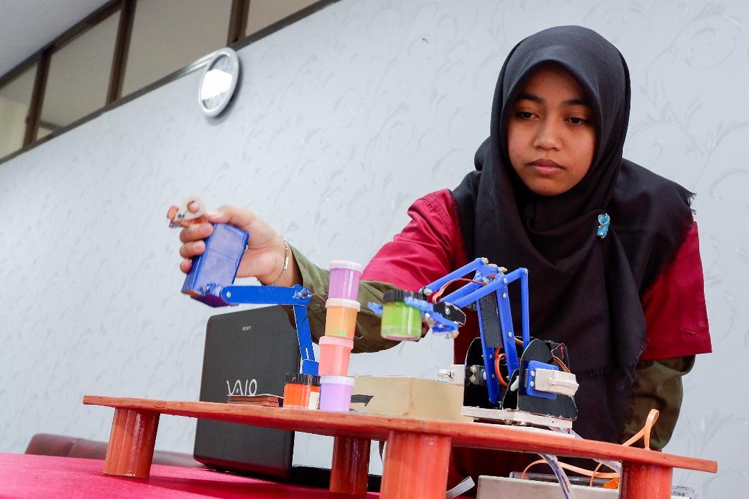 https: img.okezone.com content 2018 07 02 65 1916907 mahasiswi-pekanbaru-ciptakan-robot-lengan-Ri41UcoiQ8.jpg