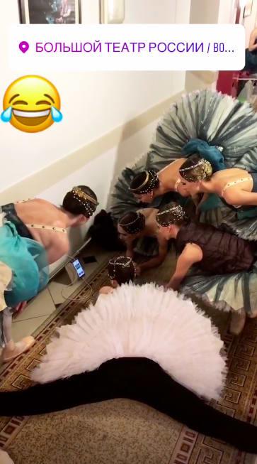 Rela Jongkok Nonton Piala Dunia Aksi Balerina Rusia Jadi Viral Di