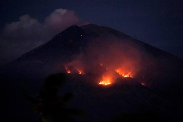 https: img.okezone.com content 2018 07 03 33 1917243 gunung-agung-bali-erupsi-ini-deretan-artis-yang-ikut-panjatkan-doa-dzSYju5eER.jpg