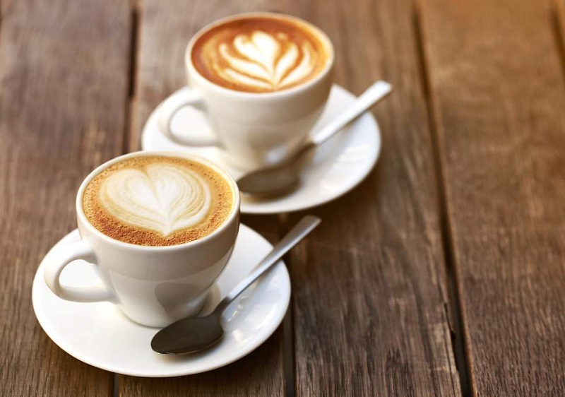 https: img.okezone.com content 2018 07 04 481 1917888 suka-ngopi-minum-kopi-7-cangkir-sehari-turunkan-risiko-kematian-dini-lho-tsDrqmFdTd.jpg