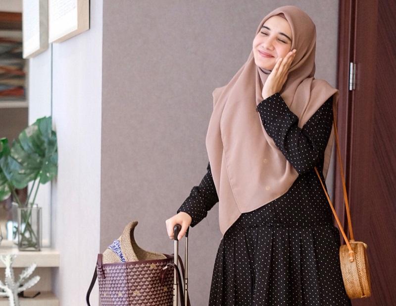 Gaya Liburan Zaskia Sungkar, Cantik Maksimal dengan Hijab Syar'i