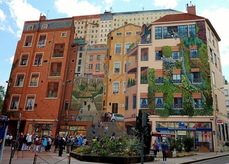 https: img.okezone.com content 2018 07 07 406 1919284 kota-mural-di-prancis-keindahannya-bikin-kamu-terhipnotis-9PAdd8VUDG.jpg