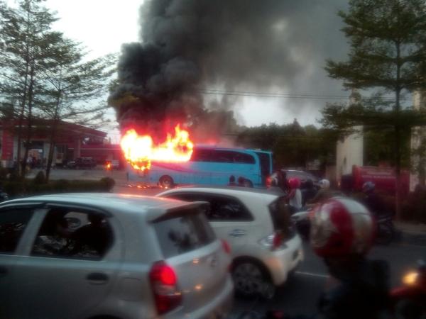 https: img.okezone.com content 2018 07 08 512 1919617 bus-pariwisata-terbakar-di-solo-sopir-baru-berhenti-setelah-diteriaki-warga-PVoq2rukc7.jpg