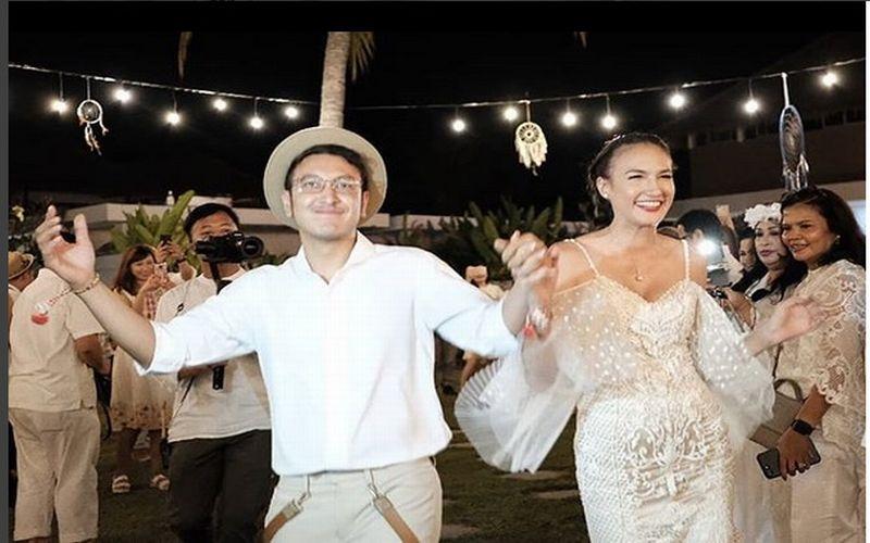 https: img.okezone.com content 2018 07 09 194 1919827 hal-unik-berbeda-di-pesta-pernikahan-dimas-anggara-nadine-chandrawinata-gqJWTpUX4M.jpg
