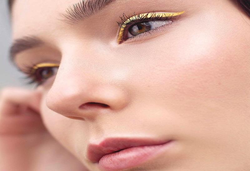 https: img.okezone.com content 2018 07 10 194 1920333 tren-baru-eyeliner-kuning-wajah-terlihat-cerah-dan-cocok-untuk-siapa-saja-XJQuUMDPKa.jpg