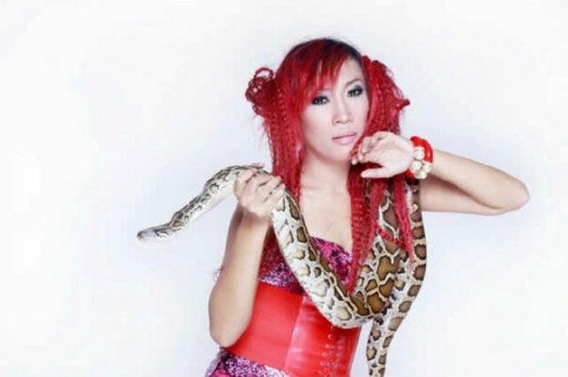 https: img.okezone.com content 2018 07 10 33 1920578 dewi-sanca-beri-tips-pertolongan-pertama-saat-digigit-ular-berbisa-cMev7lOQwr.jpg