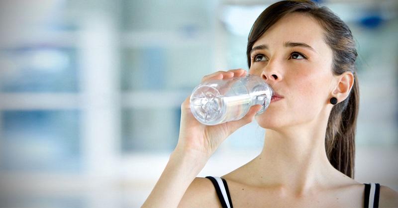 https: img.okezone.com content 2018 07 11 481 1920774 kebiasaan-minum-air-sehabis-makan-ternyata-bahaya-ini-alasannya-zOFUyRoqay.jpg