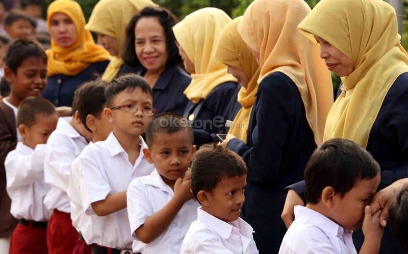 https: img.okezone.com content 2018 07 16 196 1922982 potret-momen-seru-mengantar-anak-di-hari-pertama-sekolah-SOPB7hgdVY.jpg