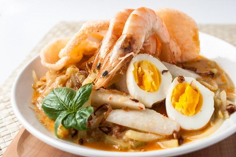 https: img.okezone.com content 2018 07 16 298 1923087 sarapan-lontong-kare-seafood-dijamin-lidah-enggak-bisa-nolak-gurihnya-RK6JYXILC3.jpg