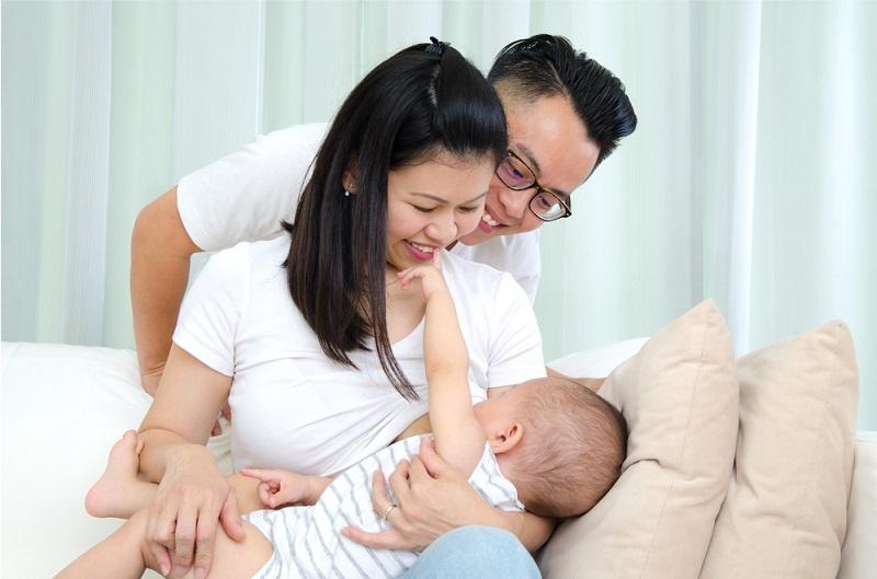 https: img.okezone.com content 2018 07 18 481 1924100 jangan-bingung-ini-moms-cara-ketahui-bayi-baru-lahir-kenyang-minum-asi-spYHBvJNFd.jpg