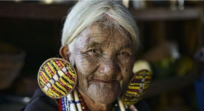 https: img.okezone.com content 2018 07 19 406 1924397 tradisi-mentato-wajah-perempuan-myanmar-yang-mulai-luntur-tergerus-zaman-sCEXglXGt6.jpg