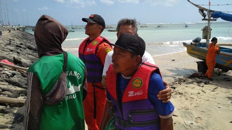 https: img.okezone.com content 2018 07 20 340 1924817 terombang-ambing-di-laut-nelayan-ini-berhasil-diselamatkan-tim-sar-fqTW6q6w2E.jpg