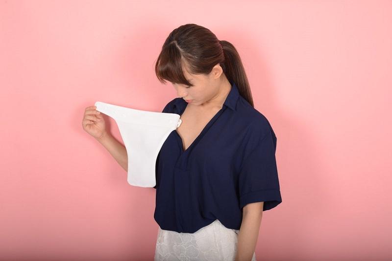 https: img.okezone.com content 2018 07 26 194 1927687 kain-penutup-belahan-dada-jadi-tren-fesyen-baru-di-jepang-XGzAwi3Wce.jpg
