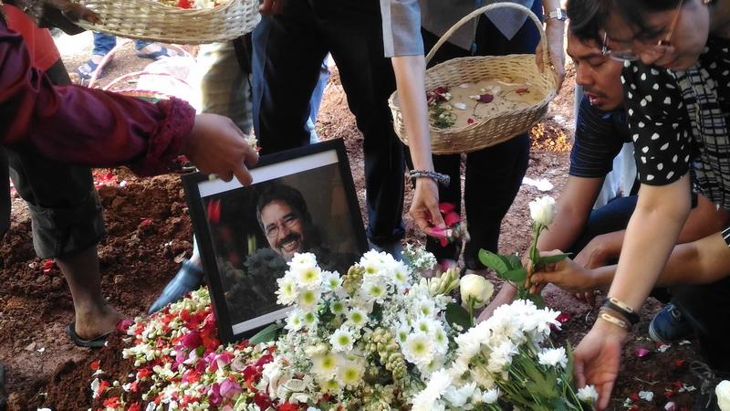 https: img.okezone.com content 2018 07 27 33 1928394 istri-hampir-lewatkan-proses-pemakaman-tino-saroengallo-P6rCwUCzdC.jpg