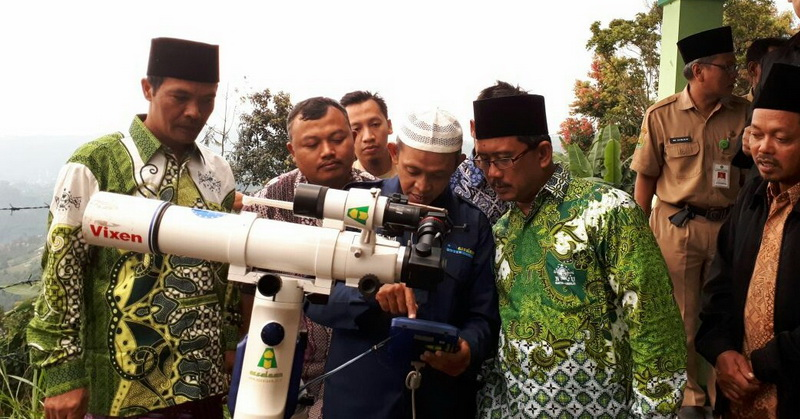 https: img.okezone.com content 2018 07 27 56 1928307 club-astronomi-santri-assalaam-gelar-nonton-bareng-gerhana-bulan-total-YEd1uK15FA.jpg
