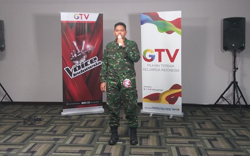 https: img.okezone.com content 2018 07 29 598 1928867 modal-pede-anggota-tni-ini-lolos-audisi-the-voice-indonesia-di-balikpapan-I4ZsFicgzc.jpg