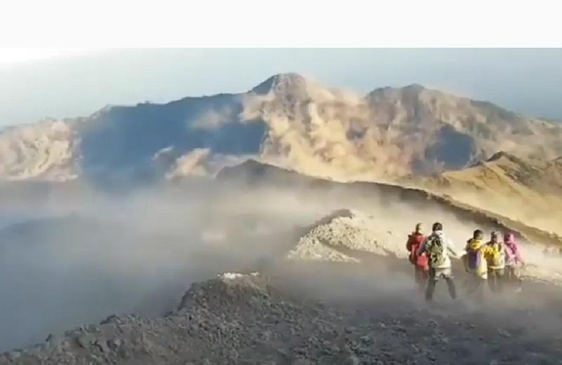 https: img.okezone.com content 2018 07 30 406 1929411 paniknya-pendaki-gunung-rinjani-saat-gempa-lombok-videonya-viral-jagBlRK1eJ.jpg