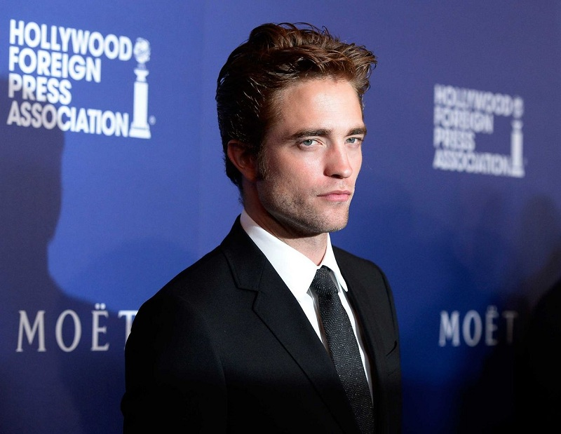https: img.okezone.com content 2018 07 31 33 1930045 robert-pattinson-cium-suki-waterhouse-di-jalanan-london-pacaran-pFEByvLRKz.jpg
