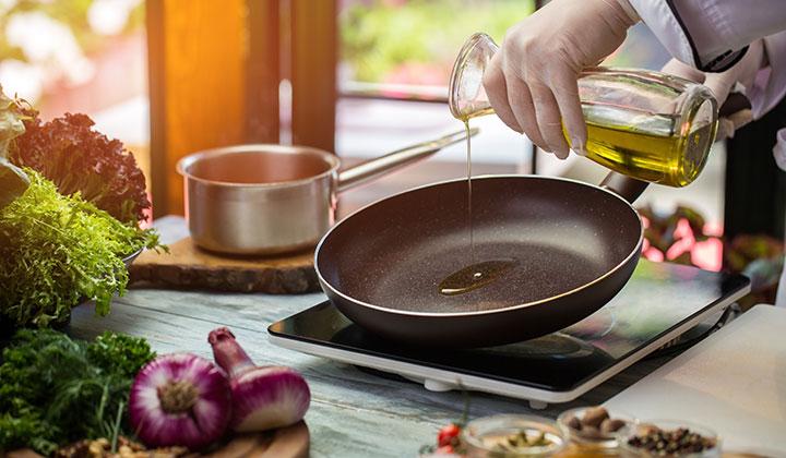 https: img.okezone.com content 2018 07 31 481 1929789 gwen-winarno-beberkan-tips-masak-sehat-untuk-penderita-hipertensi-dengan-minyak-zaitun-vneg9VH4hL.jpg