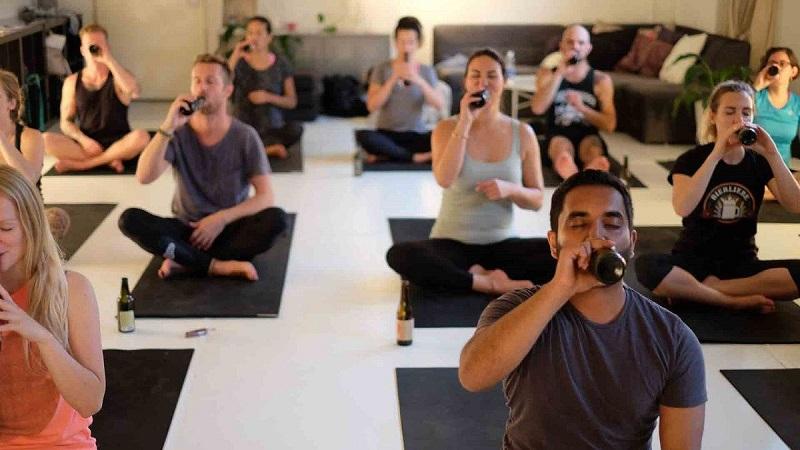 https: img.okezone.com content 2018 08 02 481 1930694 bikin-tubuh-lebih-rileks-olahraga-yoga-sambil-minum-bir-lagi-nge-tren-2GBji4JsYg.jpg
