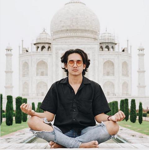 https: img.okezone.com content 2018 08 03 406 1931150 mirip-aktor-bollywood-intip-foto-foto-liburan-adipati-dolken-di-india-vUsdZA4mSE.jpg