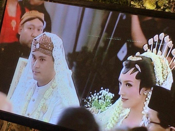 https: img.okezone.com content 2018 08 04 33 1931835 pesta-pernikahan-panji-trihatmodjo-dan-varsha-strauss-dijaga-ekstra-ketat-1PVUplUHBP.jpg
