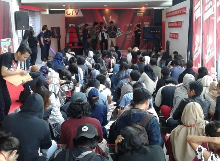 https: img.okezone.com content 2018 08 04 598 1931706 antrian-peserta-big-auditions-the-voice-indonesia-di-jakarta-mengular-pe3FHLg724.jpg