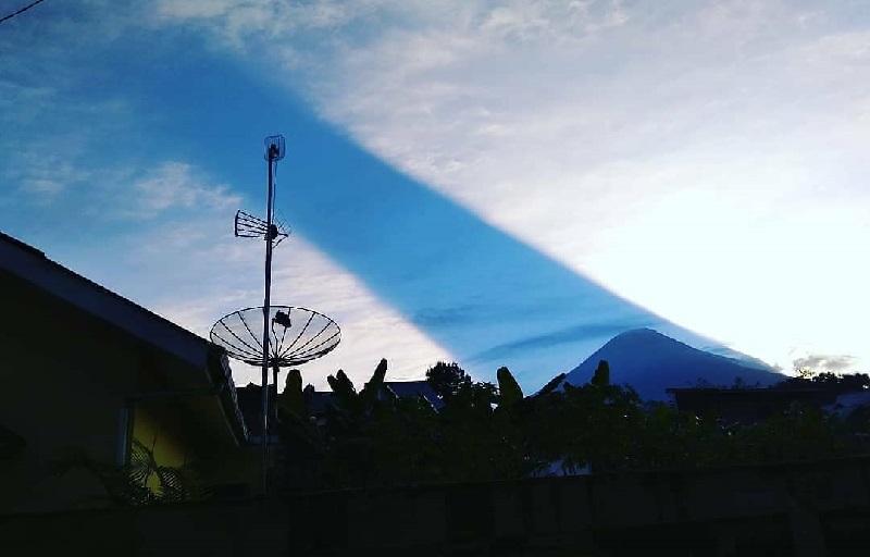 https: img.okezone.com content 2018 08 06 406 1932486 viral-video-peristiwa-cahaya-matahari-terbelah-di-atas-langit-gunung-sindoro-hn5dILDPQA.jpg