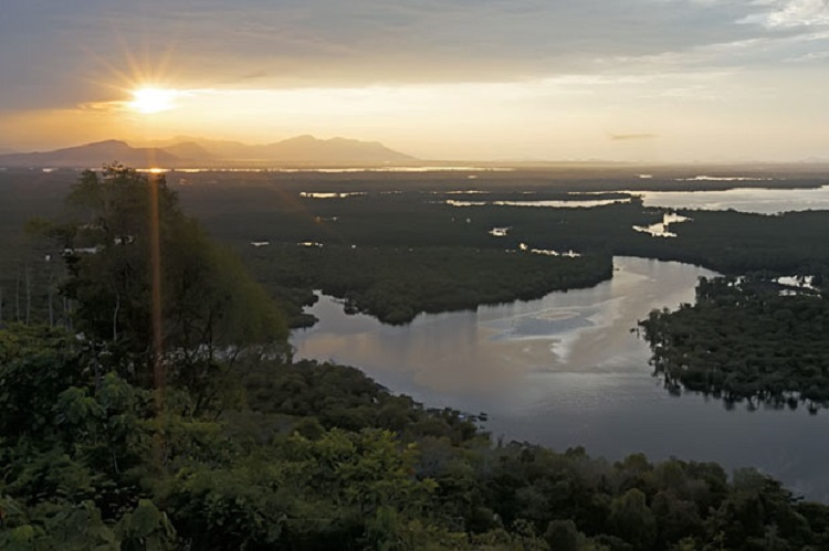 https: img.okezone.com content 2018 08 06 406 1932543 menyusuri-taman-nasional-betung-kerihun-surga-tersembunyi-di-batas-negeri-oJqlCxzxV0.jpg