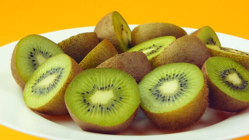 https: img.okezone.com content 2018 08 06 481 1932178 10-manfaat-makan-kiwi-tiap-hari-dari-obati-asma-hingga-atasi-insomnia-1RWVwzMHcs.jpg