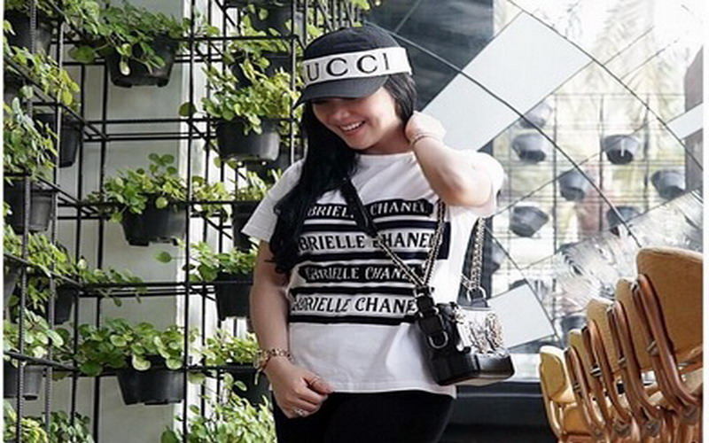 https: img.okezone.com content 2018 08 08 194 1933376 tengok-manjanya-princess-syahrini-maju-mundur-di-zebra-cross-jepang-SqN9QciZvY.jpg