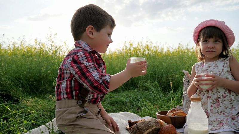 https: img.okezone.com content 2018 08 08 481 1933627 cara-memilih-susu-yang-baik-untuk-anak-usia-1-tahun-ke-atas-nGE0rSSjhA.png