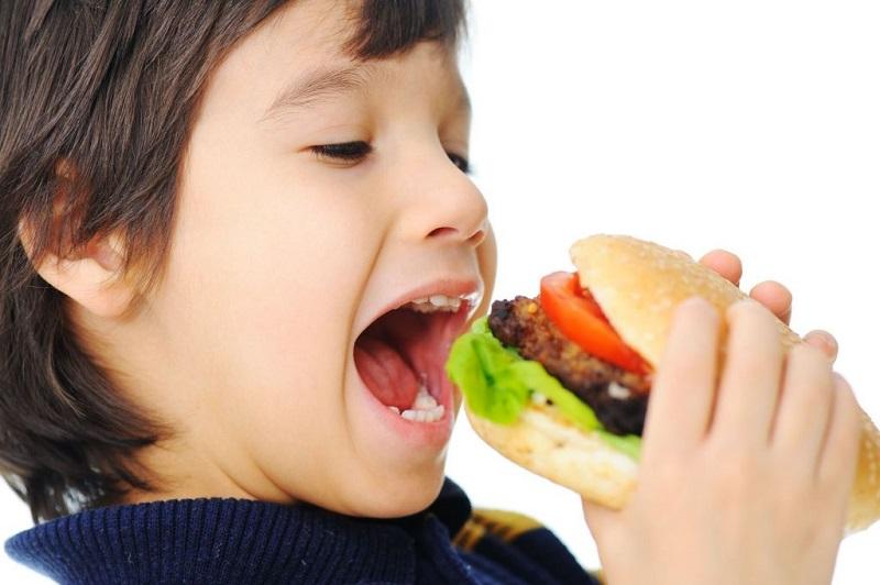 https: img.okezone.com content 2018 08 09 298 1934234 begini-cara-siasati-anak-yang-doyan-makan-junk-food-q9u51hrsT5.jpg