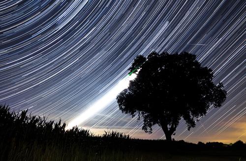 https: img.okezone.com content 2018 08 10 56 1934718 saksikan-fenomena-hujan-meteor-perseid-pekan-ini-tQc3z1LmUu.jpg