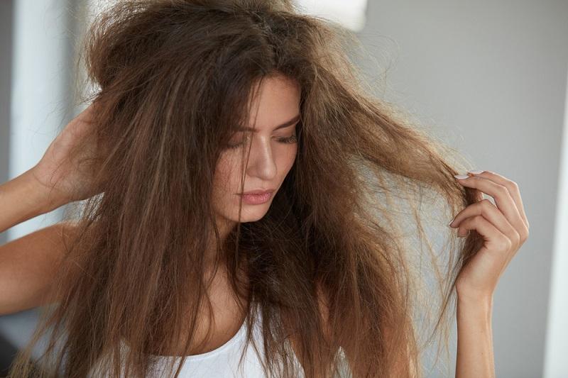 Alkohol adalah bahan utama dalam banyak produk rambut, terutama semprotan rambut dan gel.