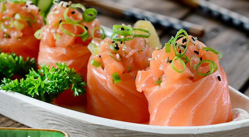 https: img.okezone.com content 2018 08 11 298 1935058 pelanggan-temukan-belatung-di-makanan-manajer-restoran-sushi-ini-langsung-mundur-Vs2Wx0ThPs.jpg