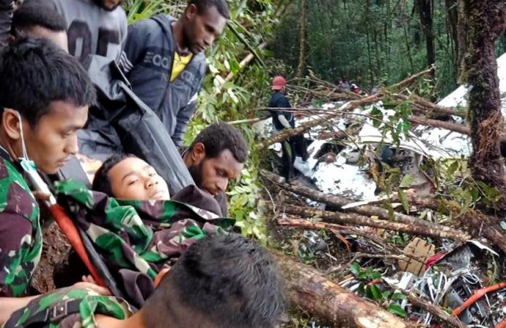 https: img.okezone.com content 2018 08 12 340 1935502 cerita-bocah-selamat-dari-tragedi-pesawat-jatuh-di-papua-sempat-tidur-bersama-jenazah-ayah-mFWel0DeUY.jpg