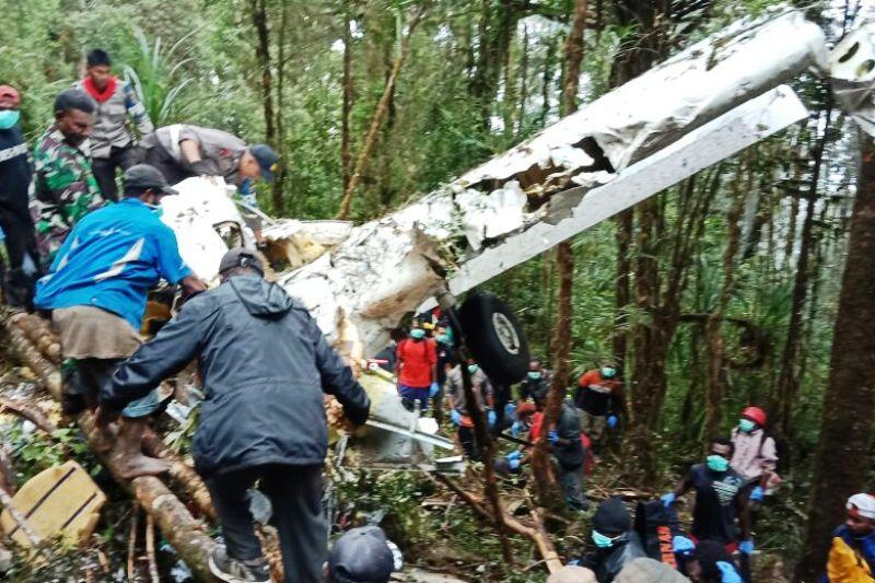 https: img.okezone.com content 2018 08 13 340 1935666 terkendala-cuaca-4-jenazah-korban-pesawat-jatuh-di-papua-belum-dievakuasi-FLBHEn6w3R.jpg