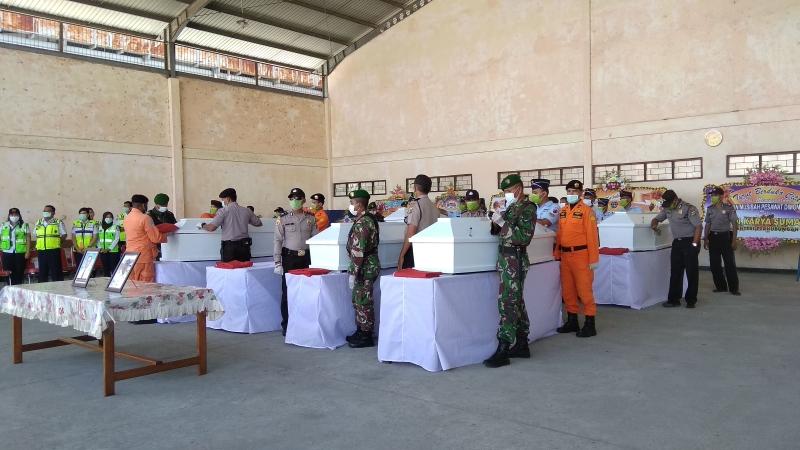 https: img.okezone.com content 2018 08 13 340 1935734 tiba-di-jayapura-8-jenazah-korban-pesawat-jatuh-di-papua-disambut-upacara-penghormatan-FEipeuWHCN.jpg