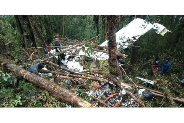 https: img.okezone.com content 2018 08 15 340 1936642 cerita-istri-dan-air-mata-keluarga-korban-pesawat-jatuh-di-papua-h0jRDJ8qDz.jpg