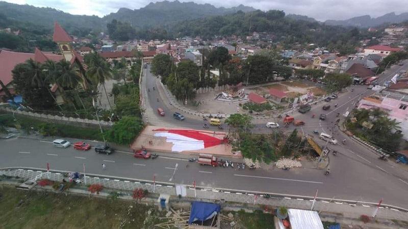 https: img.okezone.com content 2018 08 15 406 1937138 hut-ke-73-ri-bendera-raksasa-akan-dikibarkan-di-buntu-burake-toraja-KU1KypRpLL.jpg
